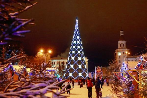 ВЧебоксарах рабочие начали установку основной новогодней елки