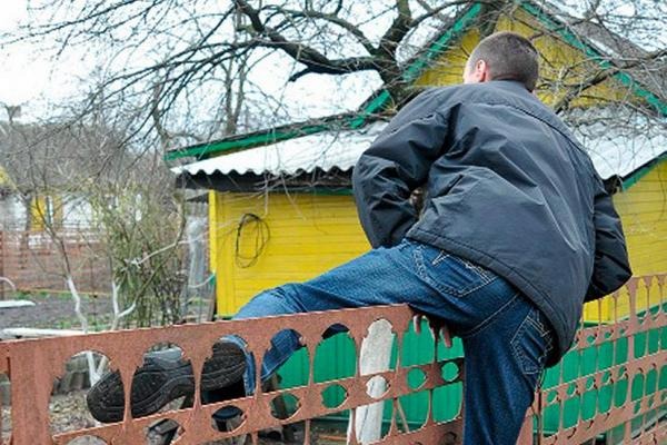 В Каховском районе местные жители задержали мужчину, который забрался в чужой дом