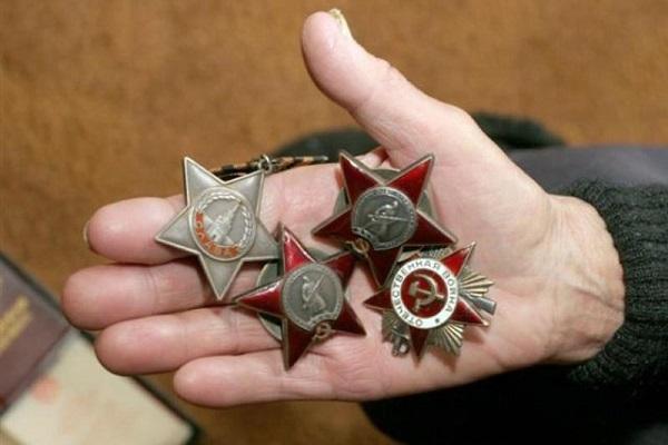 Гражданин Чебоксар проснулся после «застолья» и нашел пропажу орденов и наград