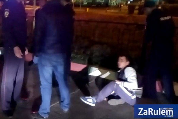 Молодым людям, которых избил новочебоксарский полицейский, выплатят по 20 000 руб.