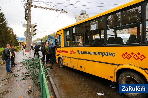 ВЧебоксарах автобус спассажирами врезался встолб
