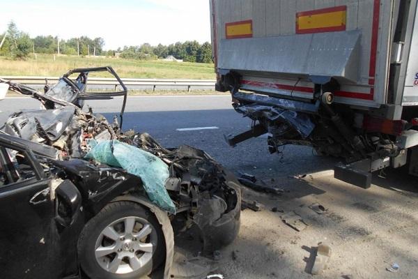 ВЧР шофёр иномарки врезался вприпаркованный наобочине фургон