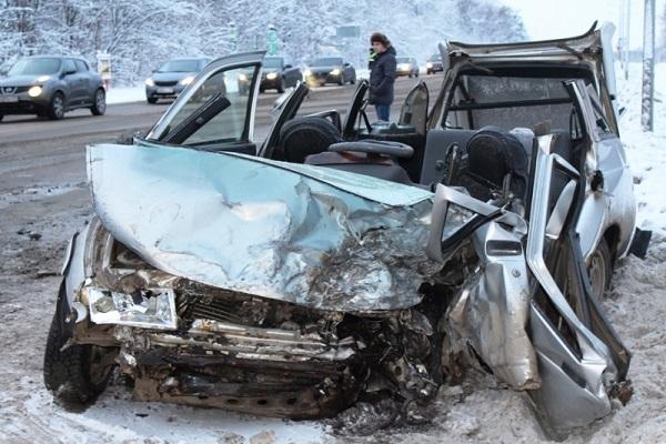 Нетрезвый шофёр Лексус, выехав навстречку, стал виновником смертоносного ДТП
