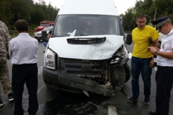 Девять человек пострадали встолкновении маршрутки ииномарки вЧувашии