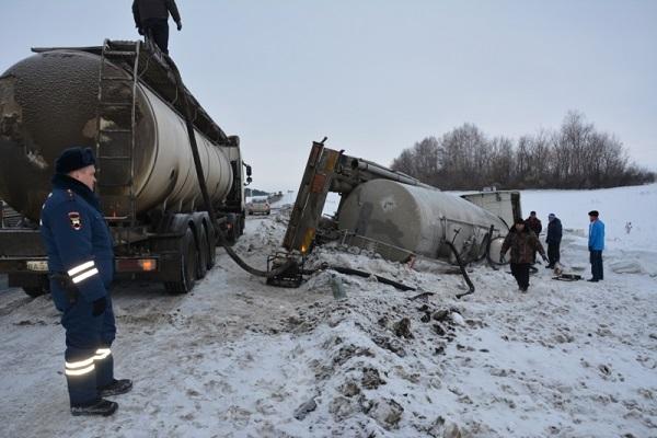 Автобус, следовавший изУльяновска, попал вкрупное ДТП вЧувашии
