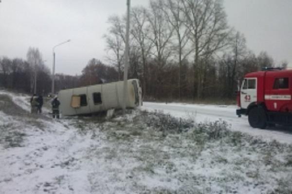 ВЯдринском районе рейсовый автобус опрокинулся вкювет, пострадали двое